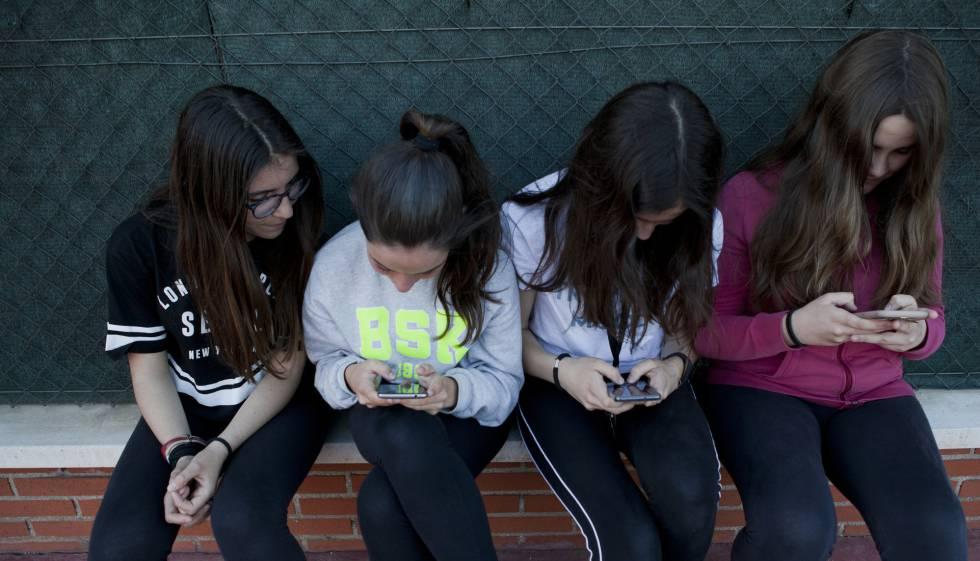 Un grupo de adolescentes, con sus teléfonos móviles.