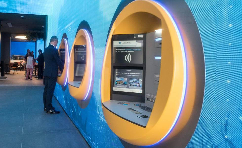 Los nuevos cajeros de la oficina de Caixabank en Valencia.