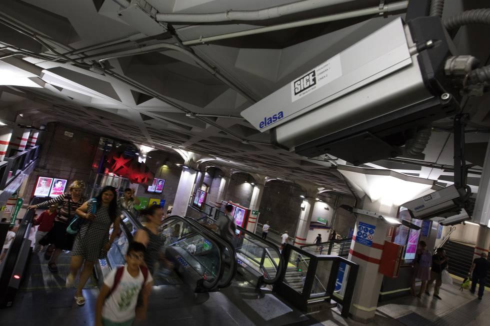 Las cámaras de seguridad vigilan todas las estaciones y pasillo del metro de Madrid.