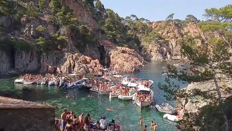 Una fiesta convocada como 'Paella Party' en Cala Masoni, en Cap Roig.