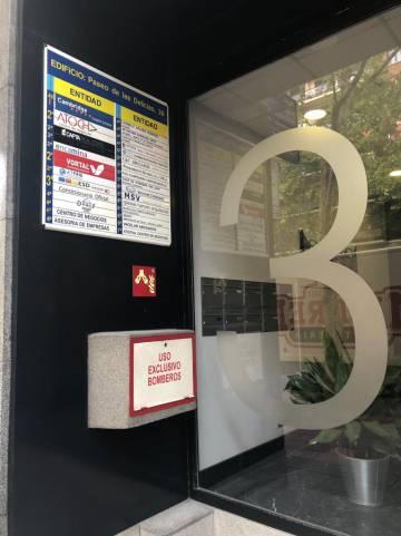 La entrada al edificio sin placa de una agencia de vientres de alquiler en Madrid