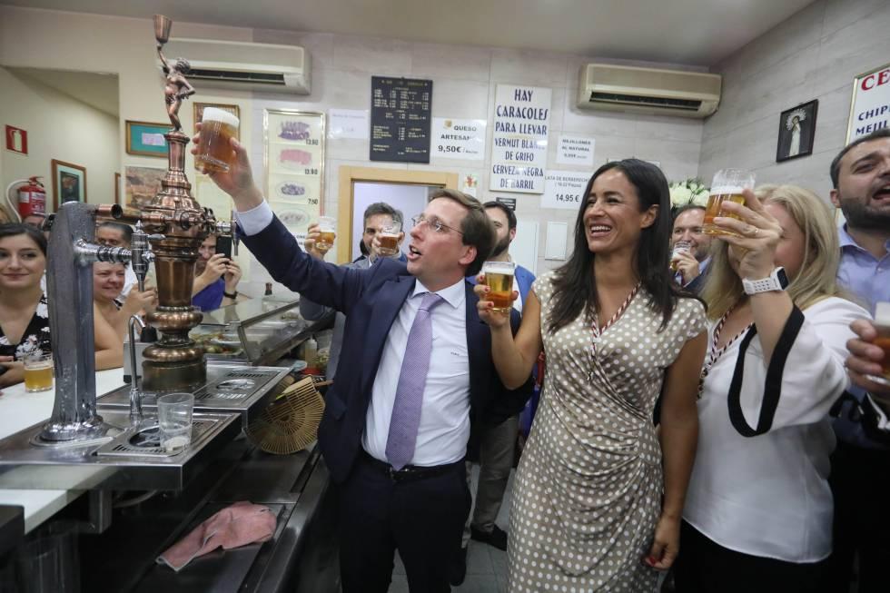 Almeida y Villacís brindan con cerveza en un bar cercano a la parroquia de la virgen de La Paloma.