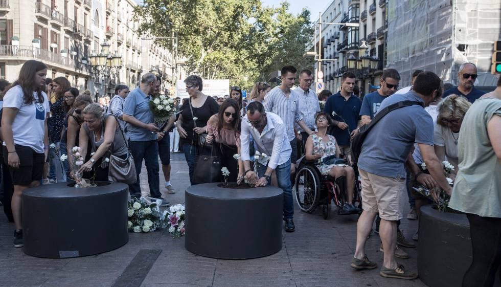 Víctimas y familiares realizan una ofrenda floral en la Rambla.