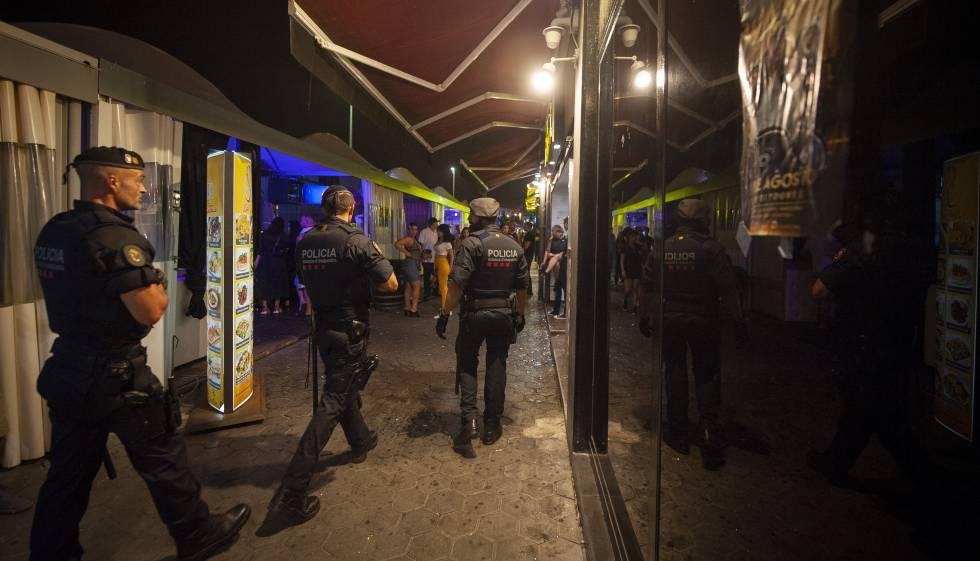 Agentes de los Mossos y la Guardia Urbana patrullan en el puerto olímpico de Barcelona, el pasado 31 de julio.