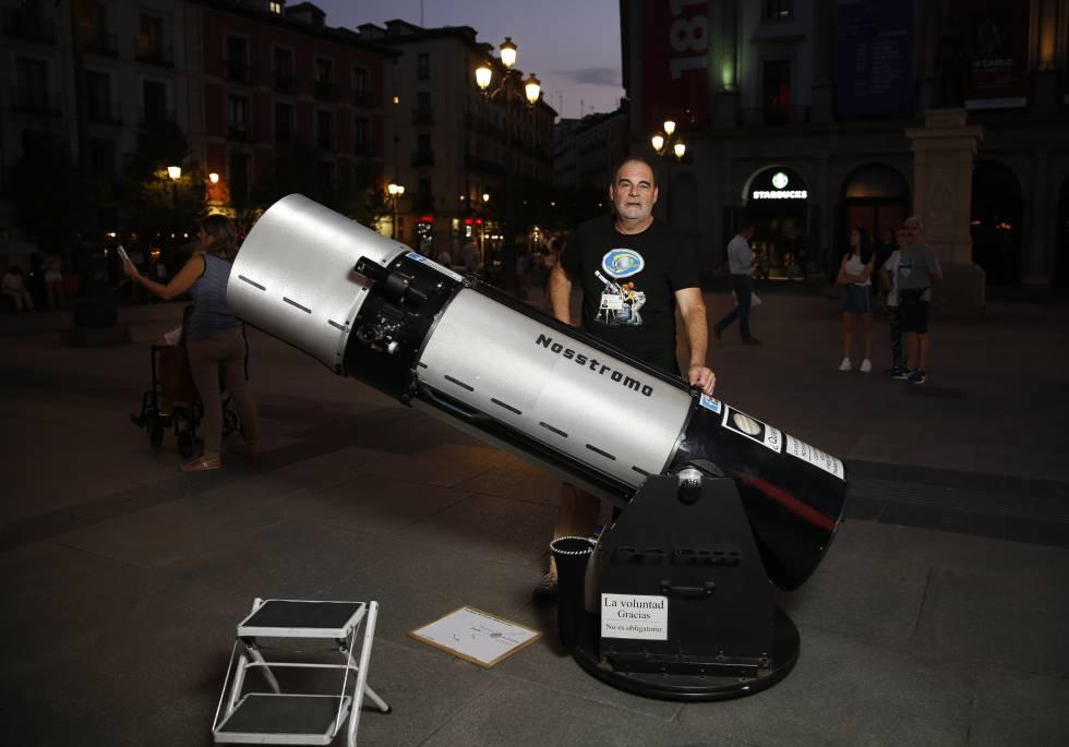 Alfredo Paniagua, con su telescopio en la plaza de Ópera.