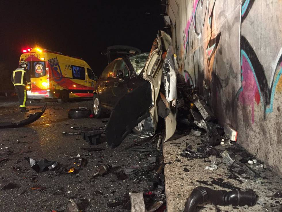 El coche destrozado de Víctor López, tras la colisión con el kamikaze la madrugada del domingo.