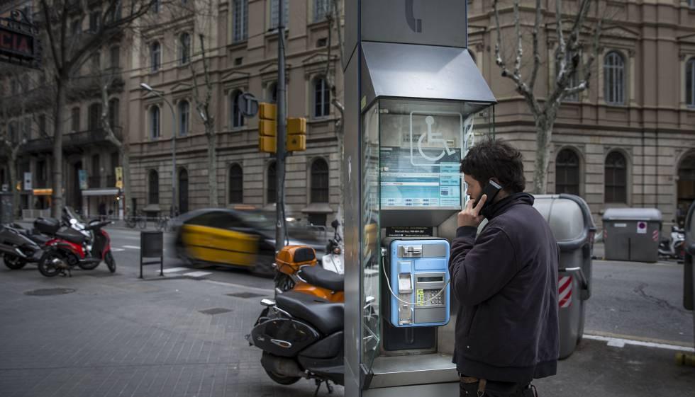 Un hombre utiliza una cabina en Barcelona, en una imagen de archivo.