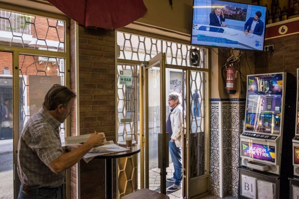 Clientes desayunan en el bar La Taurina, en el corazón del barrio de La Ventilla.