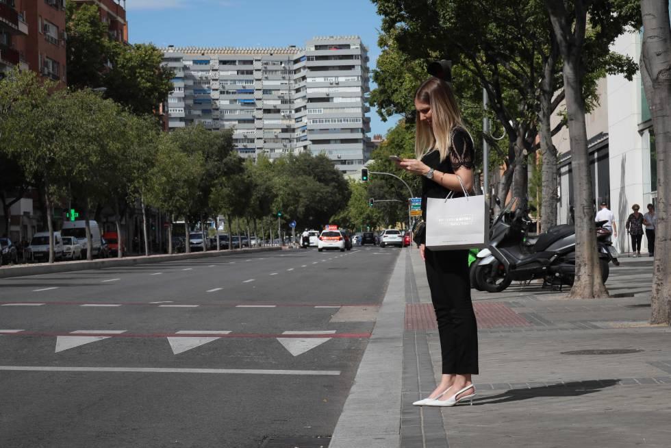Una mujer, en la calle Antonio López, favorecida por el desarrollo de Madrid Río, esta semana