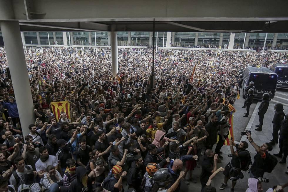 Manifestación del Tsunami Democràtic en el aeropuerto de Barcelona.
