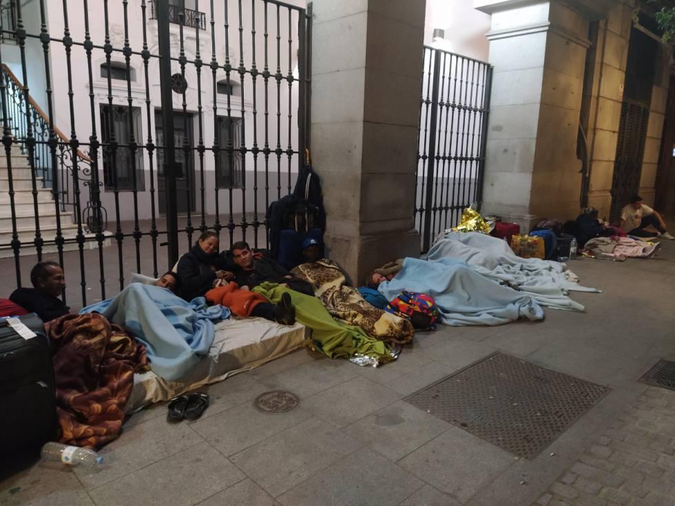 El Colapso Del Servicio De Emergencia Social En Madrid Niños Durmiendo En La Calle Vecinos Entregando Mantas Madrid El País