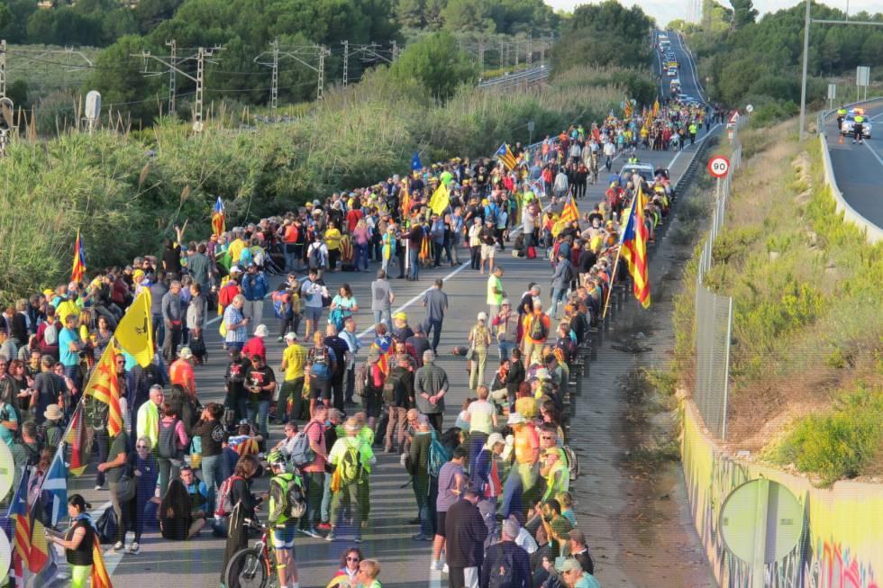 Un sabotaje interrumpe el AVE entre Barcelona y Figueres y las autopistas vuelven a sufrir cortes