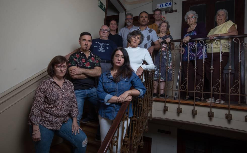 De izquierda a derecha, los vecinos del bloque de la calle Angostas de los Mancebos 2: Carmen, Piedad, Jesús, José Antonio, Maribel, Antonio, Michael, Roberto, María del Carmen, María Teresa y Aurora.