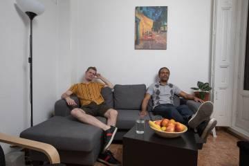 """Michael y Roberto, de 47 y 38 años, son un matrimonio holandés. """"Nos dijeron que se iba a prorrogar cada año y que nunca se iba a vender"""". Ellos invirtieron más de 4000 euros en la casa para instalar la calefacción con el permiso de Fusara."""
