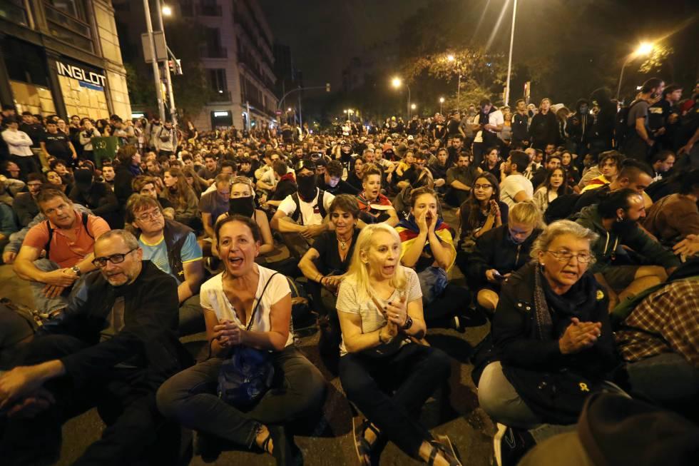 Una sentada entre manifestantes y policías, este sábado.