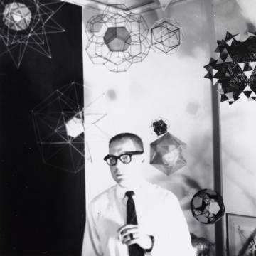 Papanek, en Búfalo en 1959, delante de alguno de sus trabajos.