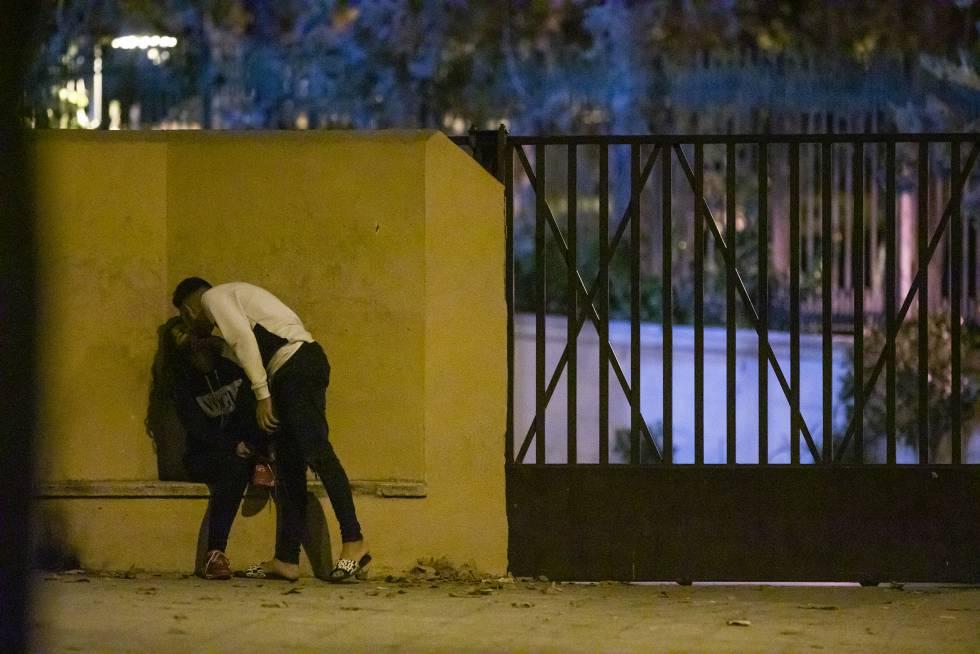 Dos menores se besan a las puertas del centro de Hortaleza.