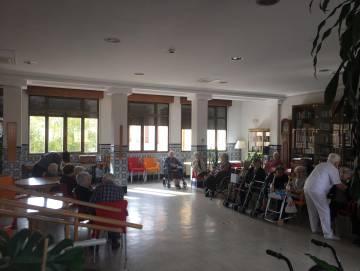 Una docena de residentes, en una de las estancias de la residencia.