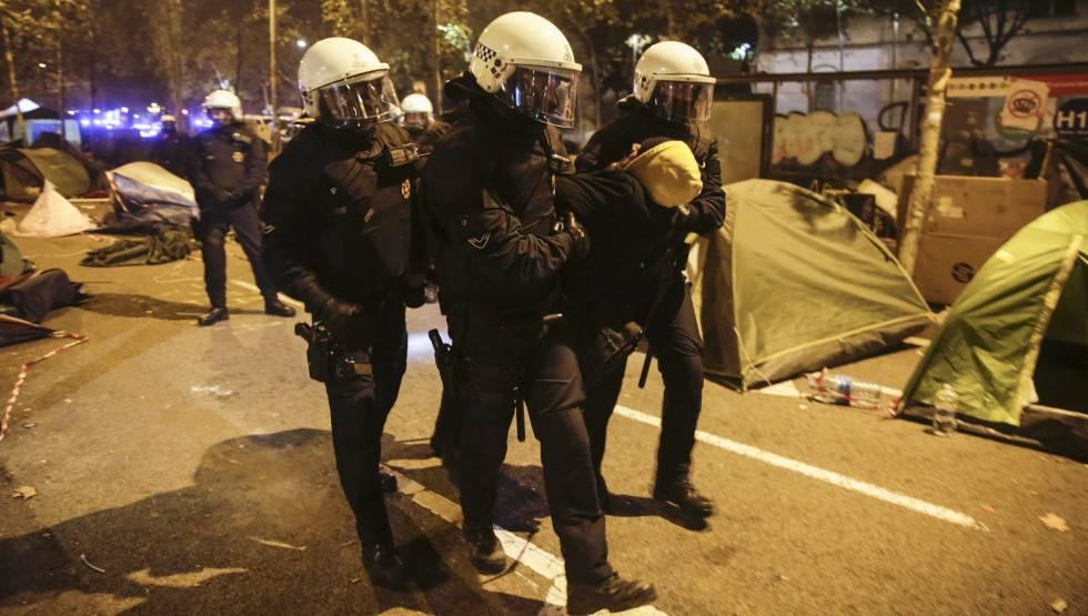 Desalojo de la acampada en Barcelona.