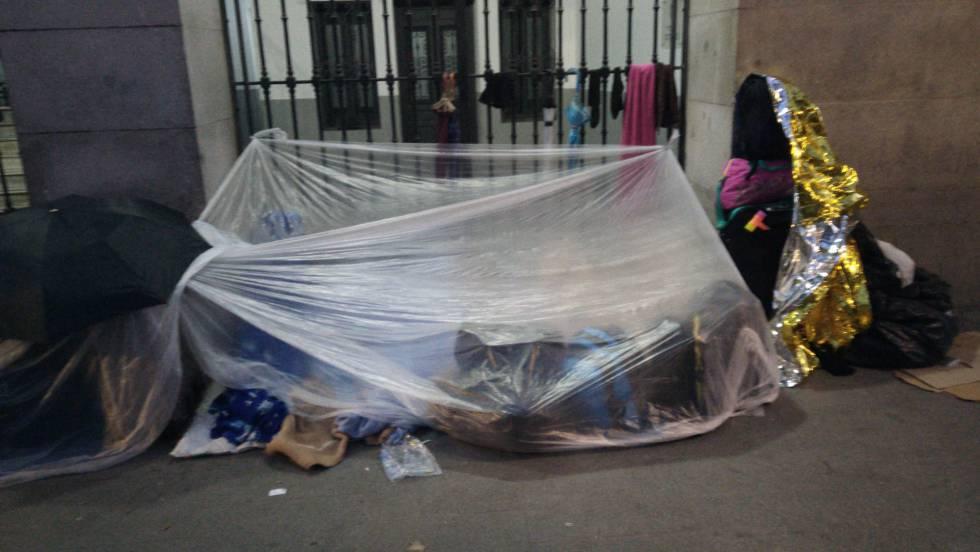 Los refugiados montan una tienda improvisada para protegerse del frío la noche del lunes frente al Samur Social.