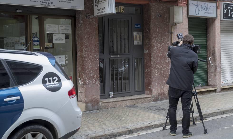Portal del edificio donde se cometió el crimen, en El Prat de Llobregat.