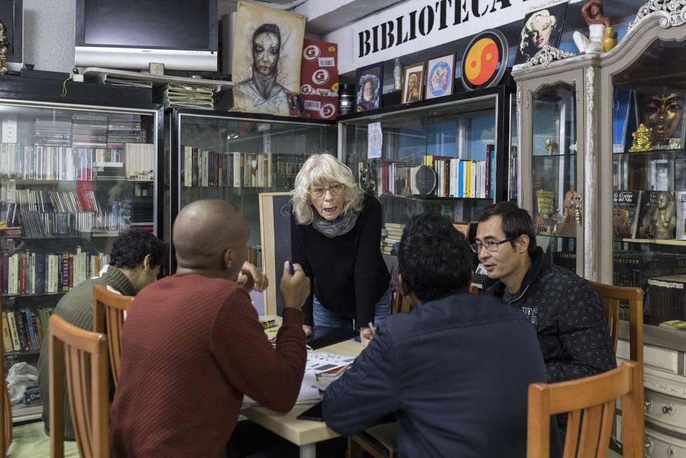 Una voluntaria de La Casa de Cádiz, con los refugiados.