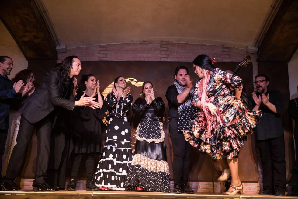 Espectáculo en el tablao La fragua con José Maya, de traje negro, y Belén López, en primera línea.