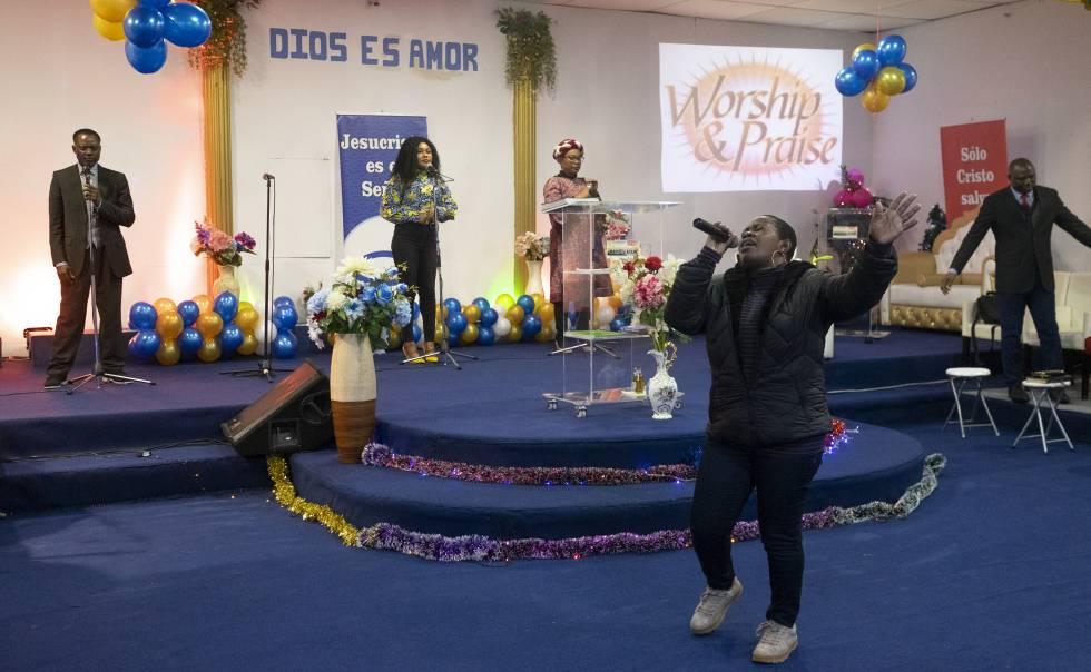 Una mujer canta durante el oficio en una iglesia africana.