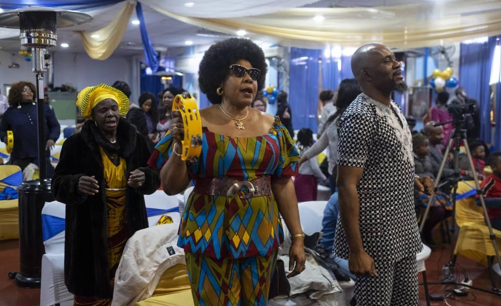 Celebración de un oficio en una iglesia africana.