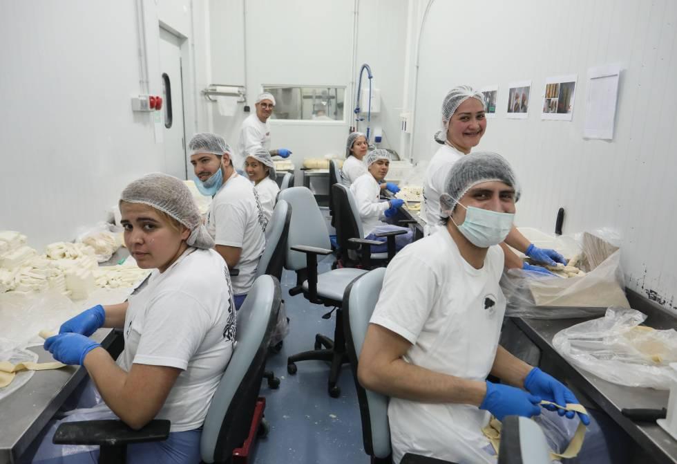 Empleados de la fábrica de Antojos Araguaney en Rivas-Vaciamadrid elaborando tequeños, palitos de queso empanado muy populares entre los venezolanos.