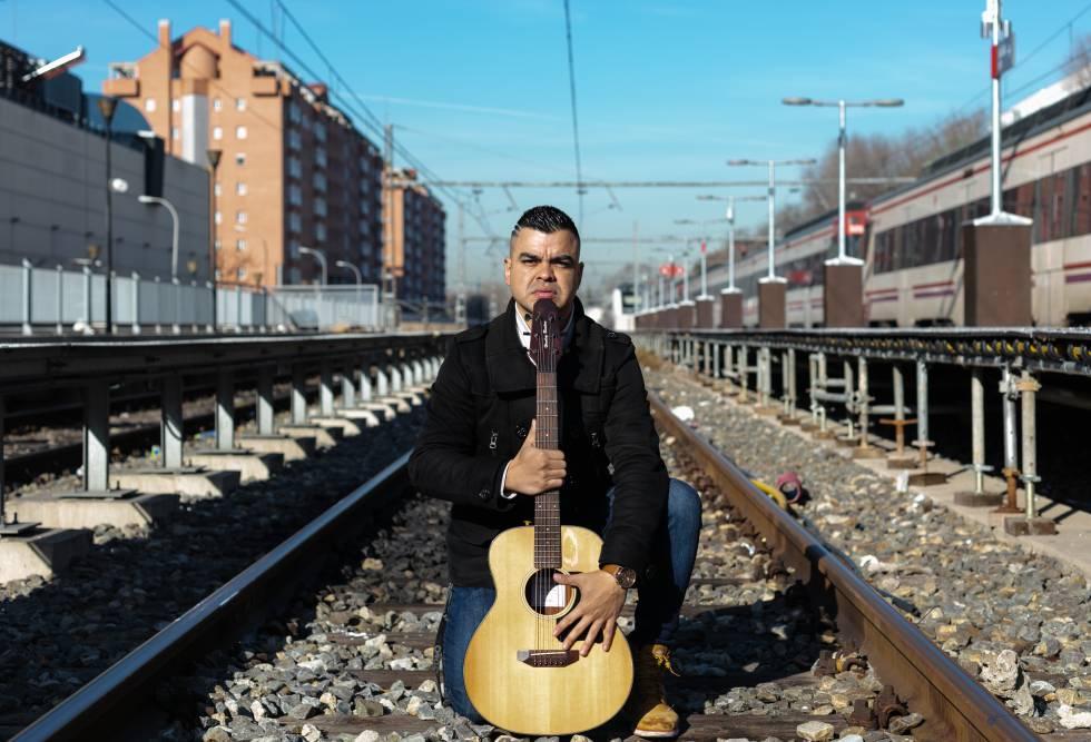 El fisioterapeuta Erwuin Contreras se gana la vida tocando la guitarra en el Metro y los trenes cercanías.