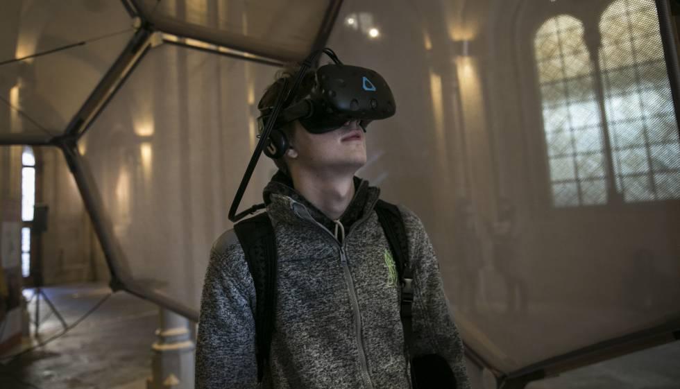 Un visitante de la instalación de realidad virtual 'Entrar en el cuadro' en la UB.