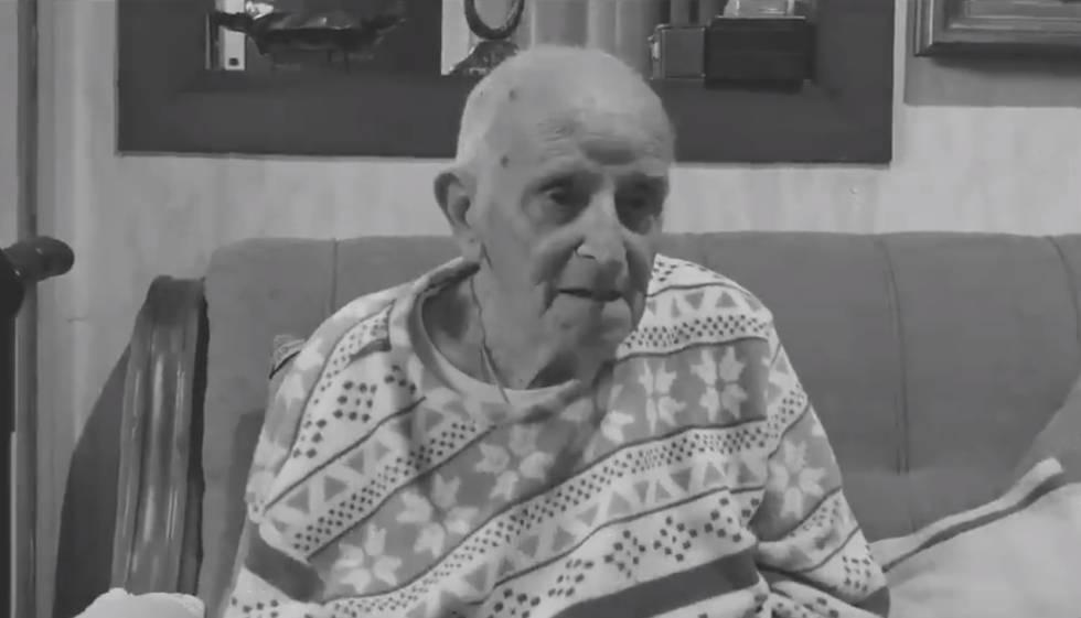 Fotograma de Jacinto Ferrer, de 92 años, en la vivienda que tiene alquilada en la calle Ruiz de Padrón, en Barcelona, de un vídeo difundido por el Observatorio de la Vivienda y el Turismo del Clot-Camp de l'Arpa.
