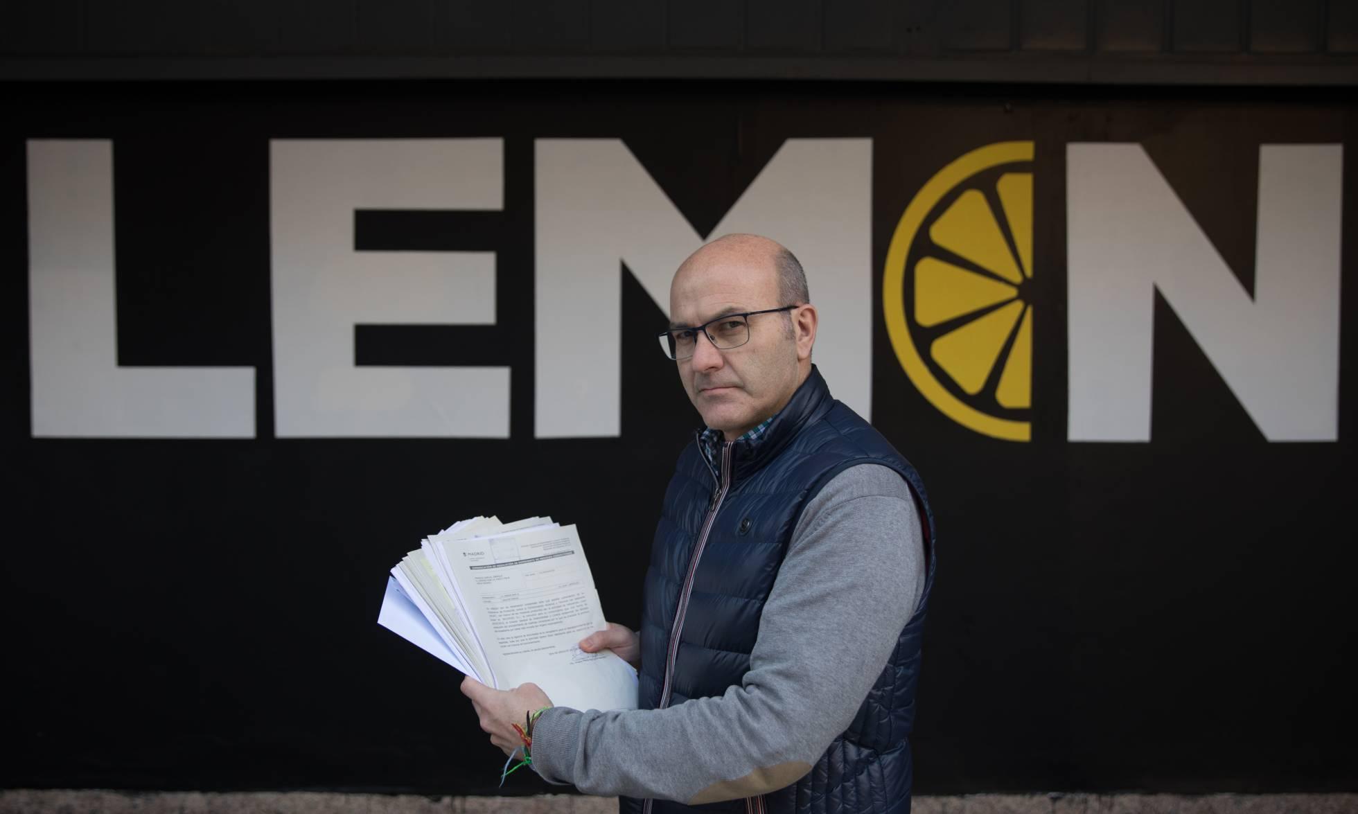 Enrique Francés, vecino afectado por el Lemon Club, sostiene documentos del expediente municipal sobre la discoteca. VÍCTOR SAINZ