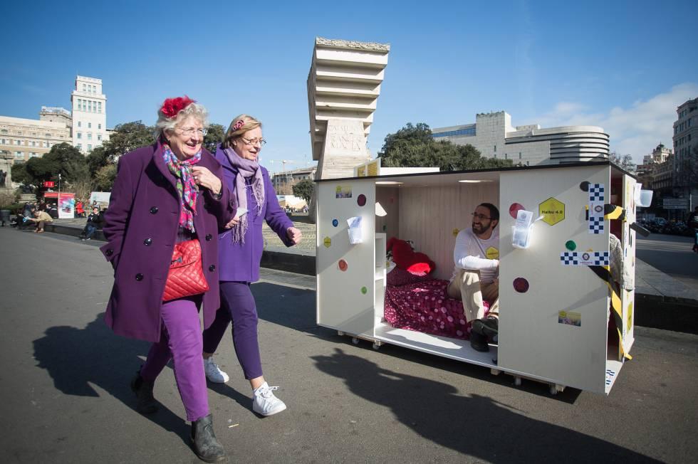 Marc Olivé el 18 de febrero del año pasado en Barcelona, mostrando una habitación colmena.