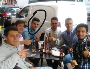 Alberto Sánchez García, rodeado con un círculo, junto a sus amigos en una imagen de Facebook.