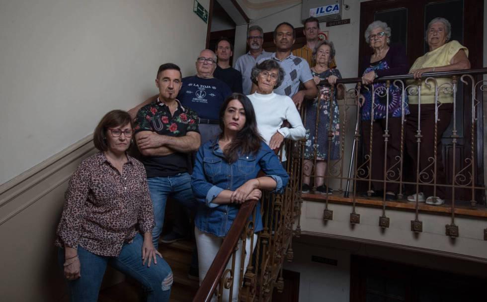 Vecinos afectados por una de las ventas de la Iglesia.