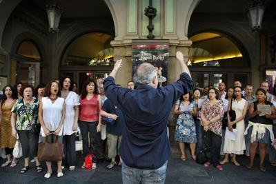 El Coro del Liceo canta en La Rambla contra los recortes de
