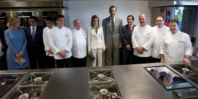 Los Príncipes de Asturias con 'chefs' en la inauguración del Basque Culinary Center