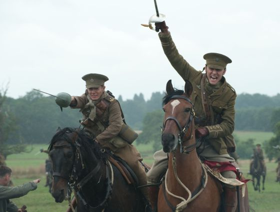 Una secuencia de 'Warhorse', con Tom Hiddleston (derecha).