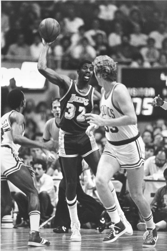 Larry Bird y Magic Johnson en un partido de 1984.
