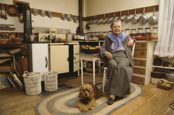 Marguerite Yourcenar (Bruselas, 1903-Maine, 1987), fotografiada en 1979 en su casa de Maine (Estados Unidos).
