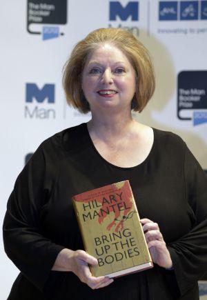 La escritora Hilary Mantel sostiene un ejemplar de 'Bring up the Bodies', anoche en Londres.
