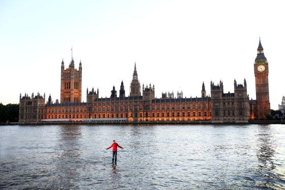 El mago británico Dynamo caminando sobre las aguas del Támesis.
