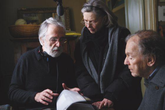 Michael Haneke da instrucciones a Emmanuelle Riva y a Jean-Louis Trintignant en el rodaje de 'Amor'.