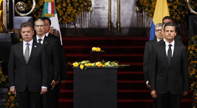 Os presidentes de Colombia (i) e México (d) junto à urna com as cinzas de García Márquez em sua despedida.