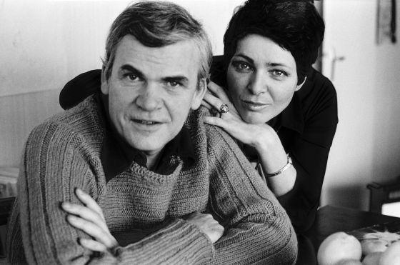 Milan Kundera y su esposa Vera en una de las últimas entrevistas que el novelista concedió.