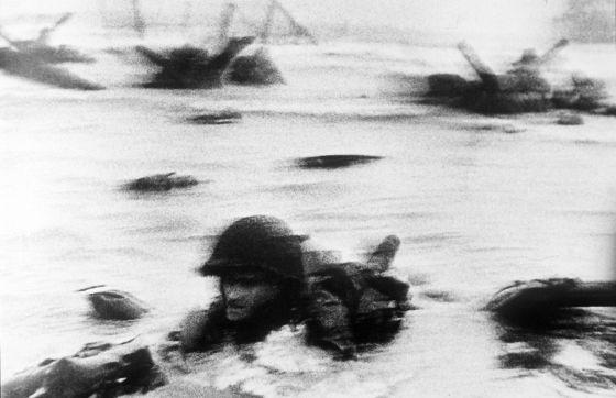 Una de las ocho fotos de Robert Capa que se distribuyeron por todo el mundo del desembarco de Normandía.