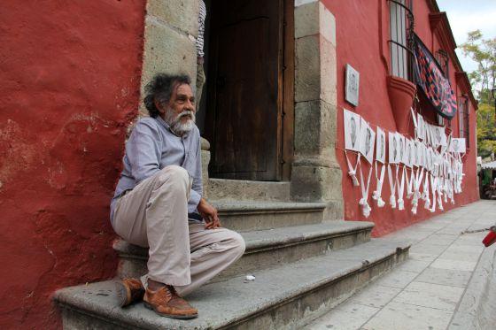 Toledo, en la entrada del Instituto de Artes Gráfica de Oaxaca.