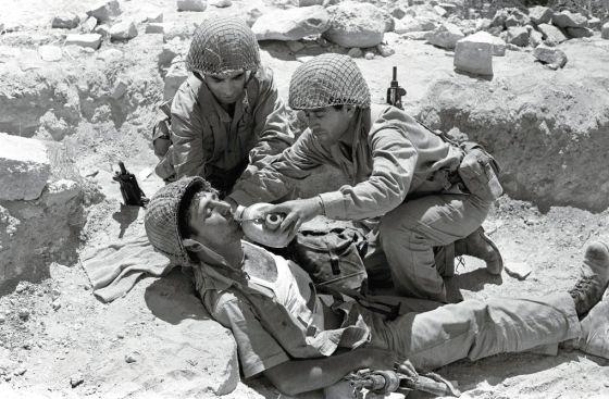 Soldados israelíes dan de beber a un compañero en la Guerra de los Seis Días, en 1967.